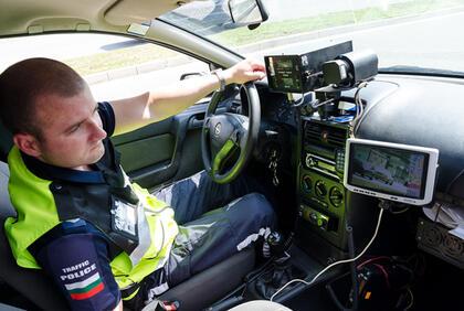 Пътните полицаи ще мерят скоростта в населените места, главните пътища,